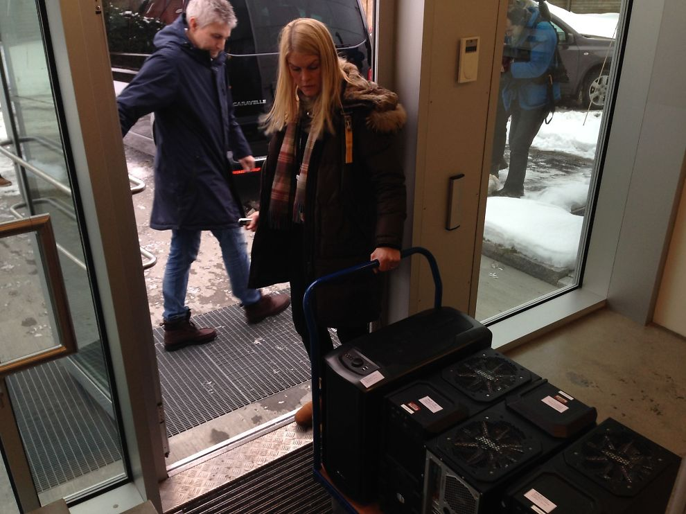 <p><b>TØMMER LOKALENE:</b> Her bærer Økokrim ut utstyr fra Funcoms lokaler, seks timer etter at aksjonen startet.<br/></p>