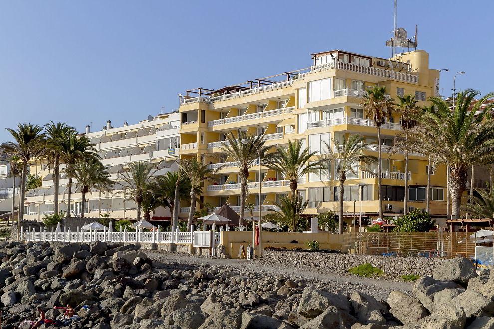 <p><b>SVINDEL-MISTENKT:</b> Tre personer tilknyttet ferieklubben Voyager Travel var inne til dommeravhør på Gran Canaria mandag 3. februar. I fjor sommer ble 74 personer arrestert, flere av dem skal være nordmenn. Selgerne skal ha solgt ferieandeler fra dette hotellet, Spania Hotel Club Puerto Atlantico, i Arguineguin.</p>