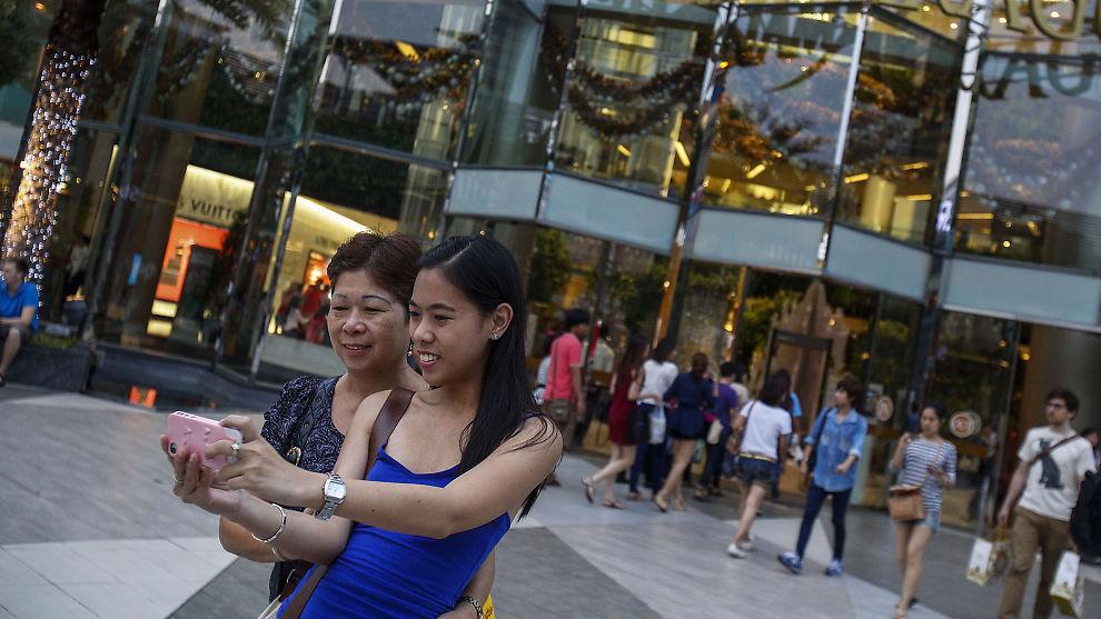<p><b>SNAPP I VEI:</b> Millioner tar bilder av hverdagen og legger dem ut på Instagram, som disse to turistene i Bangkok. Nå kan en app gi «likes» på alt vennene våre gjør, men vil man ha positive tilbakemedlinger når det er en maskin som automatisk har laget dem?<br/></p>