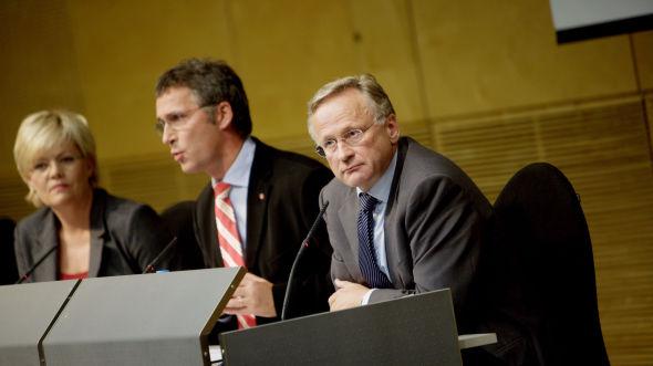 <p><b>DRO GULLKORTET:</b> Daværende finansminister Kristin Halvorsen, statsminister Jens Stoltenberg og sentralbanksjef Svein Gjedrem la fram tiltak mot finanskrisen på en pressekonferanse i Oslo 12. oktober 2008.<br/></p>