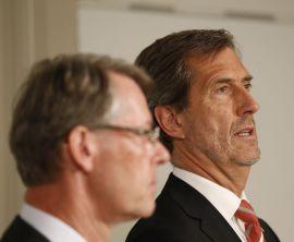 <p><b>IKKE GALT:</b> Administrerende direktør i Kongsberg Gruppen Walter Qvam (til høyre) sier det ikke var galt å ikke varsle politiet om de interne korrupsjonsundersøkelsene. Her sammen med styreleder Finn Jebsen under tirsdagens pressekonferanse.</p>
