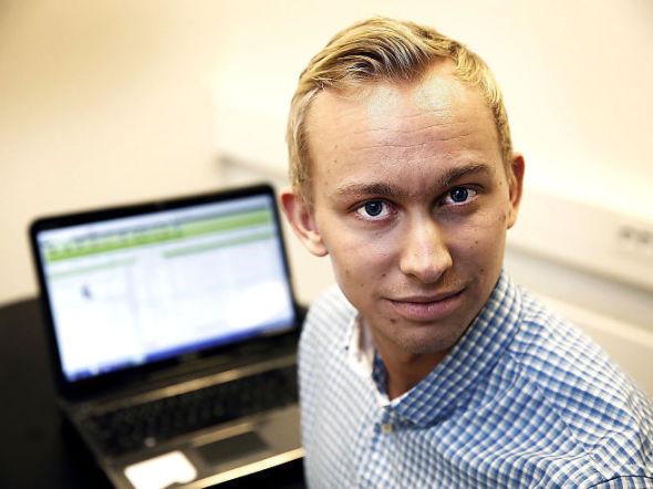 <p><b>HEKTA PÅ HANDEL:</b> Jonas Klock (22) bruker flere timer daglig på aksjehandel, og drømmer om å gjøre hobbyen om til fast jobb i framtiden. Her deler han sine råd til andre som vil starte med aksjehandel. Foto: HALLGEIR VÅGENES</p>