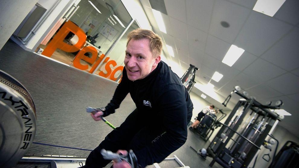 <p>- <b>GÅ PÅ SKI</b>: Stefan Oud mener den treningen man gjør før Birken bør være med ski på beina. Her trener den personlige treneren på stavtak, dog uten ski og støvler.<br/></p>
