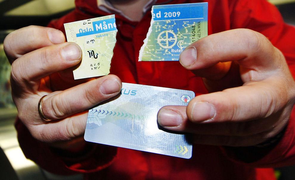 NEI TIL PAPIR: Bernt Reitan Jenssen, administrerende direktør i Ruter, viser hva han mener kundene bør gjøre med papirbillettene sine.
