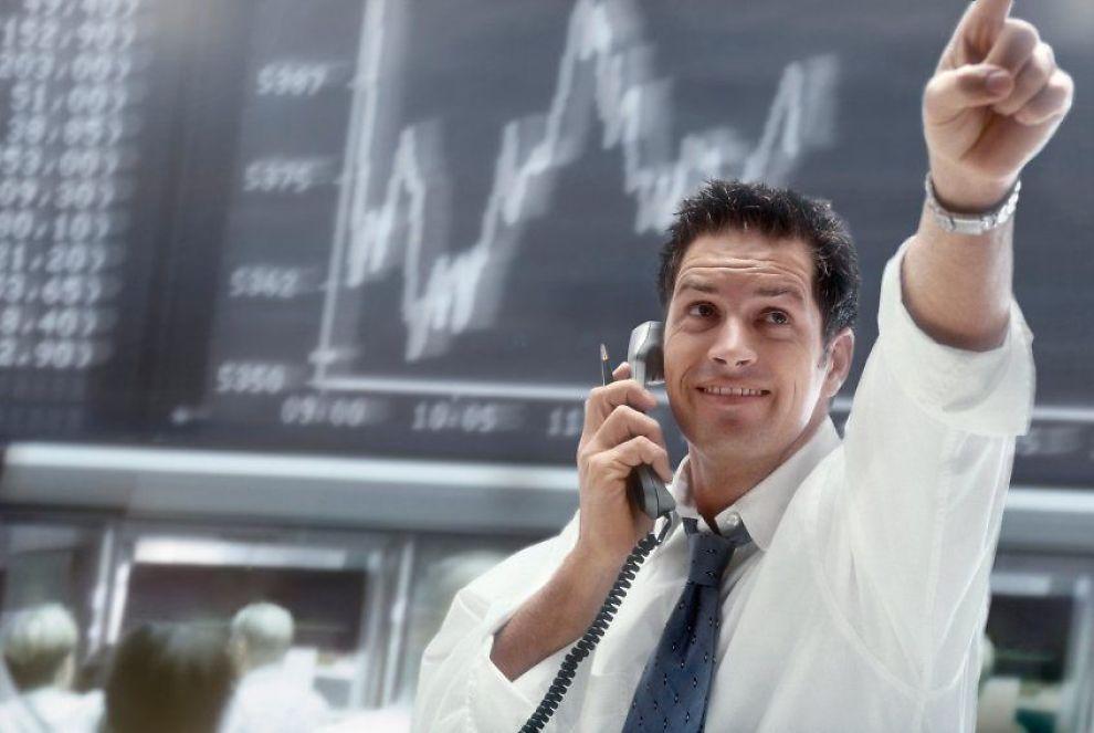 En aksjemegler kjøper og selger aksjer på vegne av sine kunder, men mer og mer av meglerjobben gjøres nå av datamaskiner. Det kan spare deg for penger.