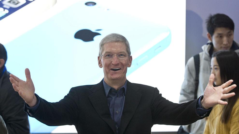 <p><b>LEVERER VARENE:</b> Apple overgikk forventningene da de offentliggjorde kvartalsrapporten sin onsdag kveld. Her er Apple-sjef Tim Cook avbildet under et besøk i Beijing i januar.</p>