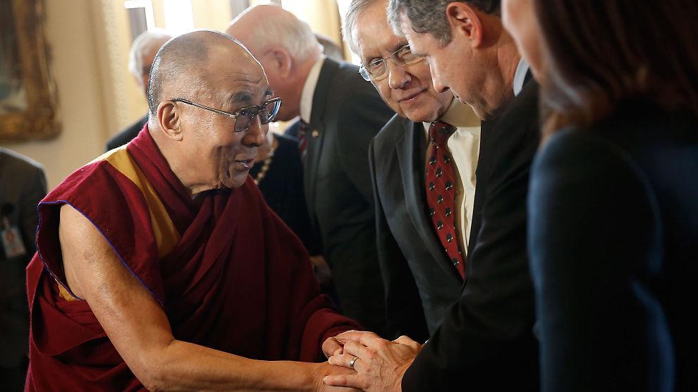 <p><b>JA I USA, NEI I NORGE:</b> Ifølge NRK vil ikke regjeringen møte Dalai Lama når han kommer til Norge i mai. I mars møtte han amerikanske toppolitikere i Washington, inkludert Senatets majoritetsleder Harry Reid (D).<br/></p>