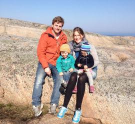 <p><b>Nytt tak:</b> Familien Gram Wintermark måtte bytte hele taket. Petter Wintermark (35) og Cathrine Gram (34) med barna Andreas Wintermark (3) og Ida Wintermark (1).</p>