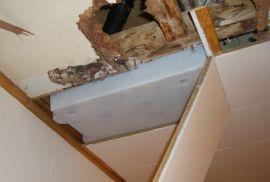 <p><b>Oppusset?</b>En huseier Gilde-bøtte montert i takkonstruksjonen for at vann ikke skulle renne ned.<br/></p>