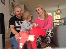 <p><b>Endelig i hus:</b> Ruben Strangel Meland og Camilla Sandholtet sammen med datteren Vilde i huset som nå er totalrenovert.<br/></p>