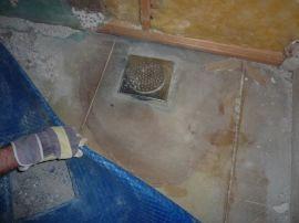 <p><b>Fukt:</b>Huseieren fjernet badegulvet og fant en noe utradisjonell membran på badet. Foto: Privat<br/></p>