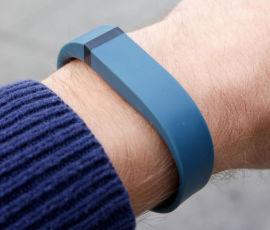 <p><b>SOMMER-AKTIV?</b> Amobils Kurt Lekanger har sansen for Fitbit Flex, som sender informasjon om både søvn og trening til smarttelefonen din.</p>