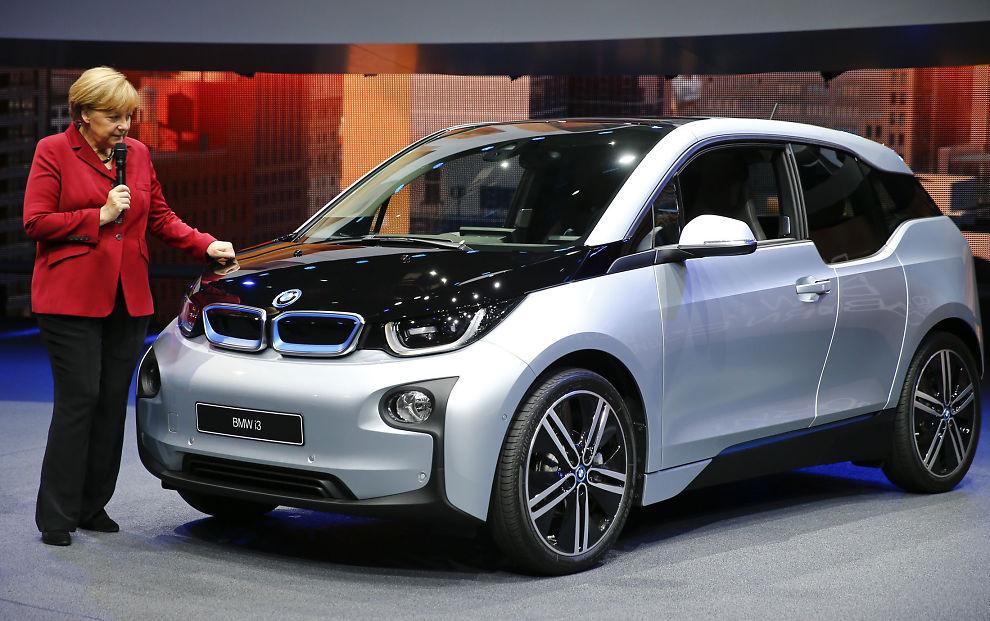 <p><b>PASSERTE V70:</b> BMW's elbil i3 har nå solgt over 1.000 biler her i landet i år, og har dermed passert folkefavoritten Volvo V70. Her tar Tysklands forbundskansler Angela Merkel BMWs elbil nærmere i skue under åpningen av bilutstillingen i Frankfurt i september i fjor.</p>