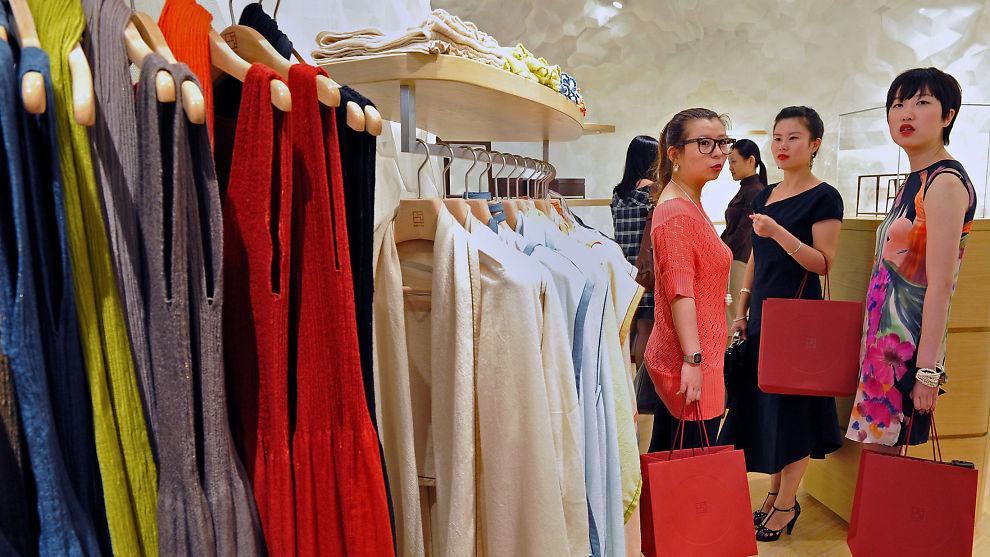 <p><b>VENDER RYGGEN TIL:</b> Rike kinesere strammer inn på pengebruken på luksusvarer. Bildet er hentet fra åpningen av designerbutikken Shang Xia i Shanghai. Det er klesmerket Hermes som eier kjeden.<br/></p>