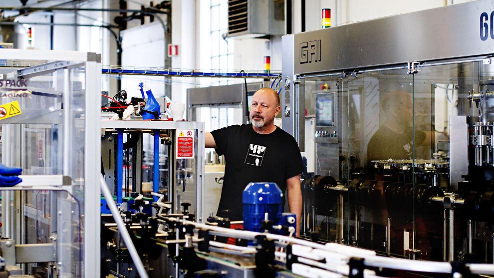 DET FLASKER SEG: Salgssjef Ole Richard Lund i Haandbryggeriet har gode dager på jobb. Flere og flere nordmenn har fått øynene opp for mikrobrygget øl.