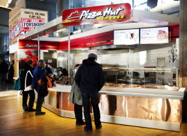 <p><b>TAKE AWAY:</b> Det er mulig å kjøpe Pizza Hut-mat i Norge i dag også, men bare på Gardermoen.</p>