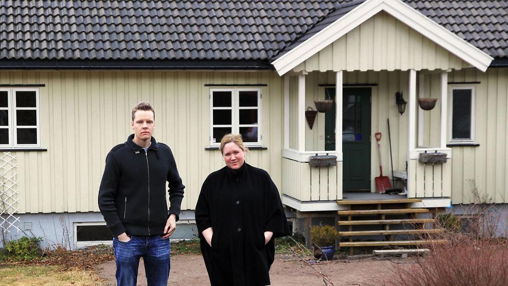 <p><b>Bomkjøp.</b> Henrik Haugberg og Anne-Katrine Kristensen foran huset i Stokke, som viste seg å være fullt av feil og mangler.<br/></p>