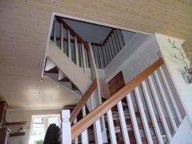 <p><b>Skjevt.</b> Da trappehullet ble laget ble to av hovedbærebjelkene i etasjeskillene kuttet. Dette har ført til at gulv/tak sekker.</p>