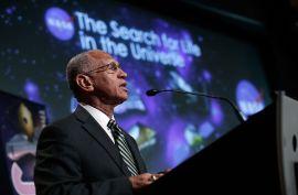 <p><b>TROR PÅ LIV:</b> NASA-sjef og tidligere astronaut Charles Bolden.</p>