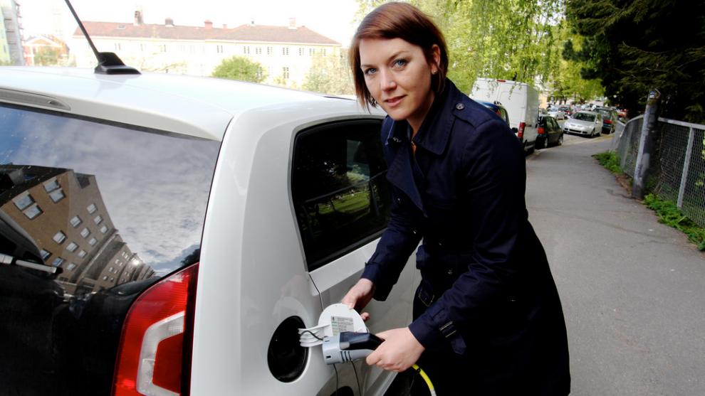 <p><b>- TOYOTA BER FOR SIN SYKE MOR:</b> Generalsekretær Christina Bu i Norges Elbilforening er storfornøyd med at regjeringen bruker 4 milliarder kroner på elbil-klimatiltak, og mener Toyotas tapte markedsandeler skyldes at de henger etter med egen elbilsatsing.<br/></p>