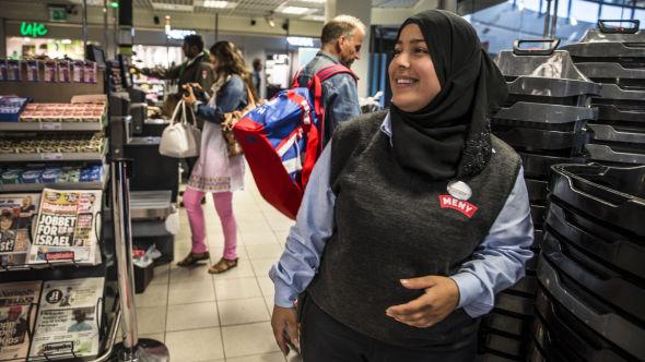 <p><b>FORNØYD:</b> Zainab Al-Kelaby har jobbet på Meny siden 2011, og tror ikke hun blir overflødig på en stund.<br/></p>