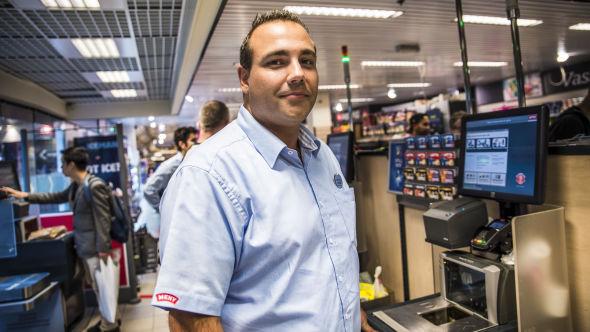 <p><b>GOD LØSNING:</b> Med 25.000 kunder i uka, tror butikksjef ved Meny Oslo City, Kevin Johansen, at han vil beholde både selvbetjente og betjente kasser i mange år fremover.<br/></p>