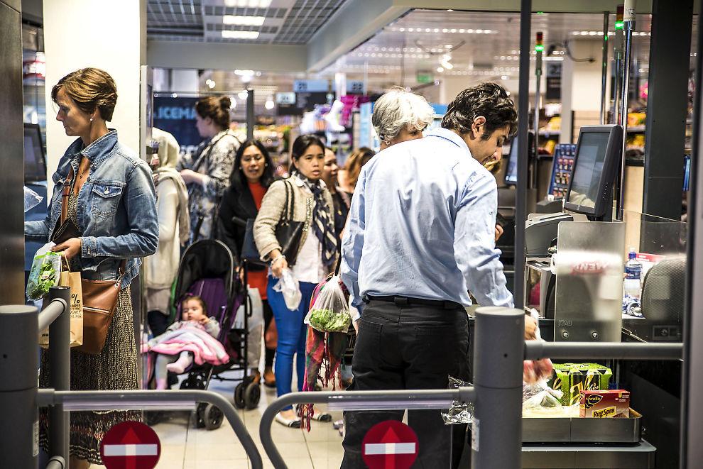 SELVBETJENING: Stadig flere kunder velger å registrere varene sine selv ved Meny på Oslo City.