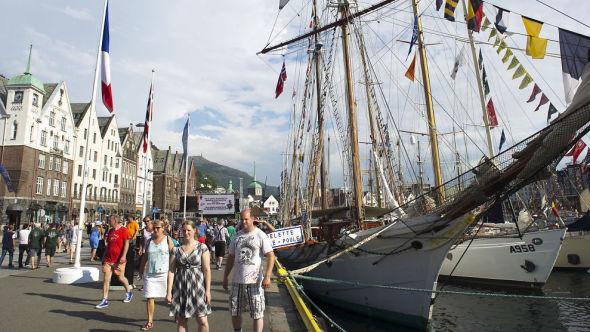 <p><b>FOLKELIV:</b> The Tall Ships Races i Bergen samlet mange skuelystne - og sikkert en og annen tørst turist.</p>