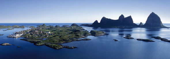 <p><b>UT MOT HAVET:</b> Ytterst i havgapet, 33 nautiske mil vest for Helgelandskysten, finner man Norges eldste fiskevær. Hvert år opplever den vesle bygda en storinvasjon når den årlige Træna-festivalen avvikles.<br/></p>