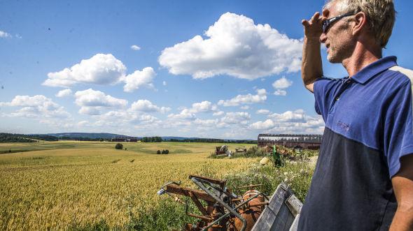 <p><b>SÅ LANGT ØYET REKKER:</b> Terje Romsås har utvidet gården fra 150 til 1.800 mål, og har dermed korn og poteter på mer areale enn han kan se over.</p>