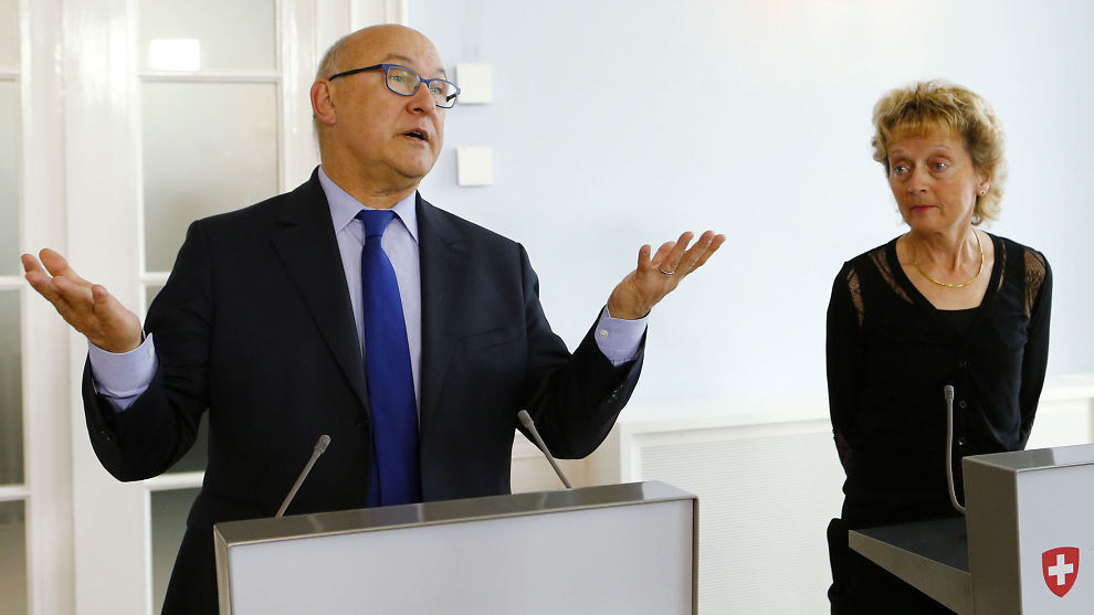 <p><b>GIR OPP BUDSJETTÅLET:</b> Den franske finansministeren Michel Sapin sier det ikke er mulig for Frankrike å innfri sitt budsjettmål, fordi den økonomiske veksten har stoppet helt opp. Her sammen med den sveitsiske finansministeren Eveline Widmer-Schlumpf på et møte i Bern i sommer.<br/></p>