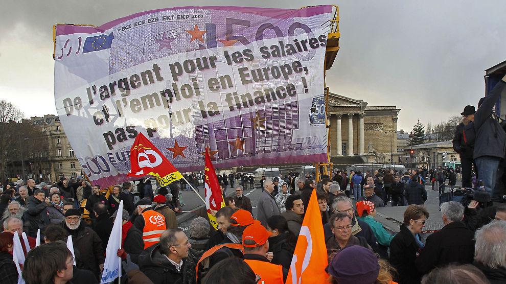 <p><b>PROTESTER:</b> Banneret under denne demonstrasjonen tar til orde for at regjeringen må bruke penger på lønninger og jobber, og ikke på det finansielle systemet.<br/></p>