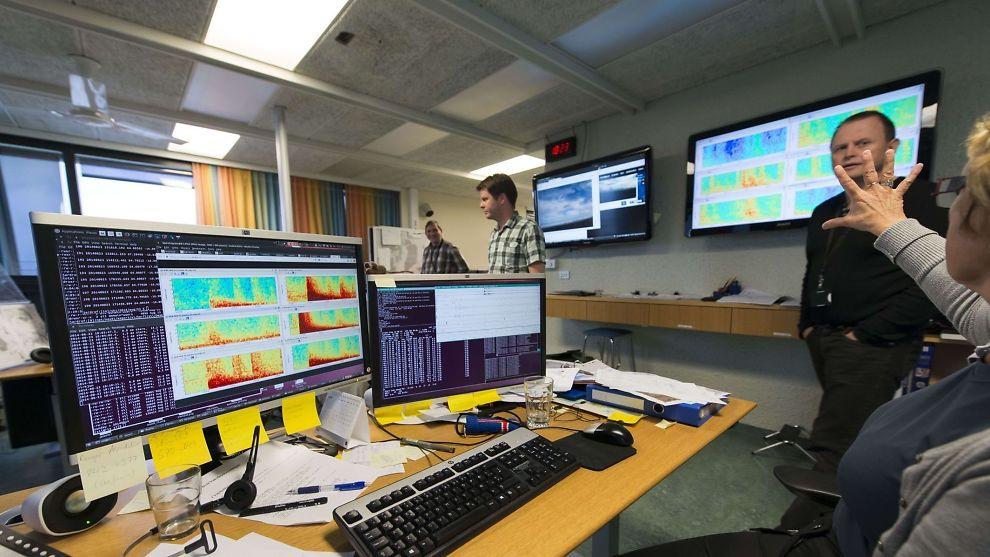 <p><b>MÅLER UTBRUDD OG JORDSKJELV:</b> På Islands Meterologiske Institutt måles all seismisk aktivitet sekund for sekund. Lørdag fløy representanter for instituttet over vulkanområdet, uten å se antydninger til endringer i isdekket som ligger over vulkanen.<br/></p>
