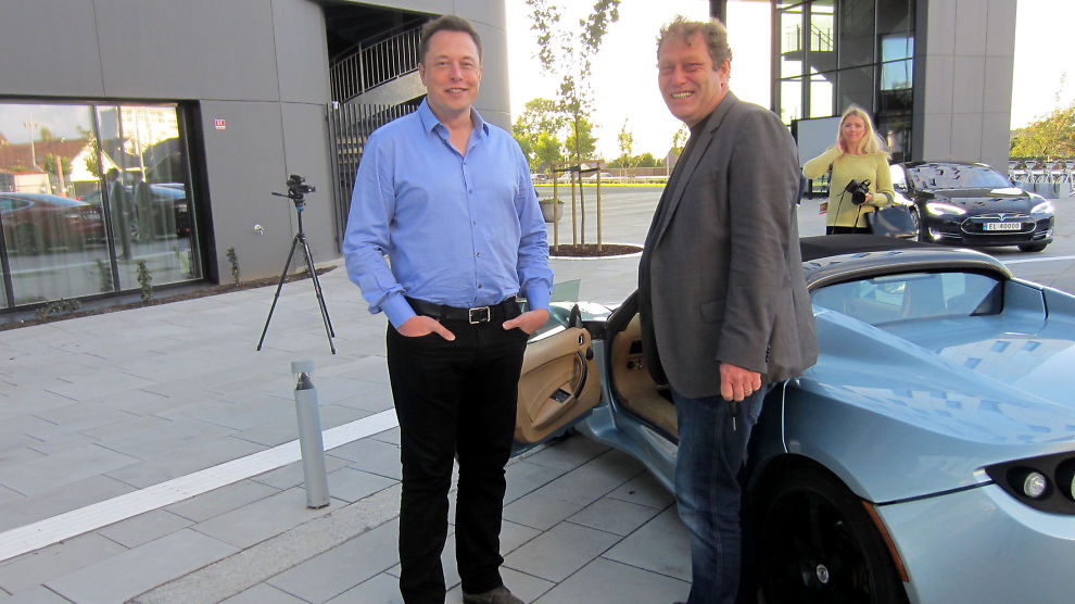 <p><b>EN GAMMEL KJENNING:</b> Tesla-sjef Elon Musk traff Bellonas Frederic Hauge søndag før oljemessen sparkes i gang. Hauge viste frem Bellonas gamle Tesla Roadster.</p>