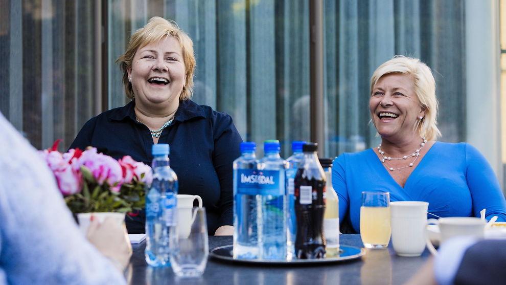 <p><b>KUTTEGLIS:</b> Partilederne i posisjonspartiene spiser middag sammen i statsministerboligen. Erna Solberg (H) og Siv Jensen. FOTO: KRISTER SØRBØ/VG</p>
