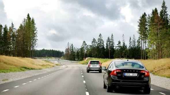 Rundt Astazero går det en 5,7 kilometer lang landevei. Den kan, som her, benyttes til realistisk testing av Volvos siste generasjon teknologi for selvkjørende biler.