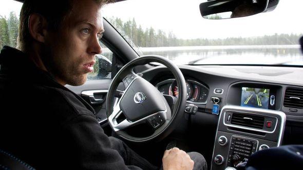 Astazero-testsjåfør Henrik Pettersson demonstrerer høyhastighetsområdet bak rattet på en Volvo V60 Polstar som han for øvrig var med på å utvikle i sin forrige jobb.