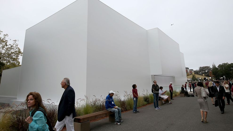 <p><b>LANSERING:</b> Publikum går forbi en hvit klosse bygget utenfor Flint Center for the Performing Arts, ved De Anza-universitetet i California, hvor Apple har lansering av nye produkter tirsdag.<br/></p>