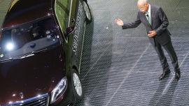 <p>Bildet viser Daimlers konsernsjer Dieter Zetsche som taler foran den den første førerløse bilen til Mercedes-Benz, Mercedes S500 Intelligent Drive car.</p>
