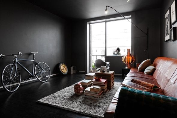 <p><b>SVART LEILIGHET:</b> Denne leiligheten i Oslo ble veldig stylet før bildene ble tatt, forteller Tommy Friestad i Boa. Med både sykkel og bildekk i stua og en røykende mann på balkongen var målet å tiltrekke seg den riktige kjøperen. - Det var et kreativt par som kjøpte den. De måtte se den to ganger for å forsikre seg om at de digget den. Jeg tror absolutt man kan skremme bort noen som ikke liker svart med en slik annonse, men de kan jo kjøpe en av de ti hvite leilighetene nede i gata, sier Friestad.</p>