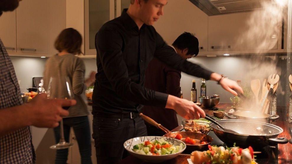 <p><b>VILLE TILTREKKE MATGLADE:</b> - Det åpne rommet mellom kjøkken og stue gjorde det til en sosial samlingsplass, så dette bildet er myntet på de som liker å invitere gjester på middag, sier Tommy Friestad i Boa Eiendomsmegling.<br/></p>
