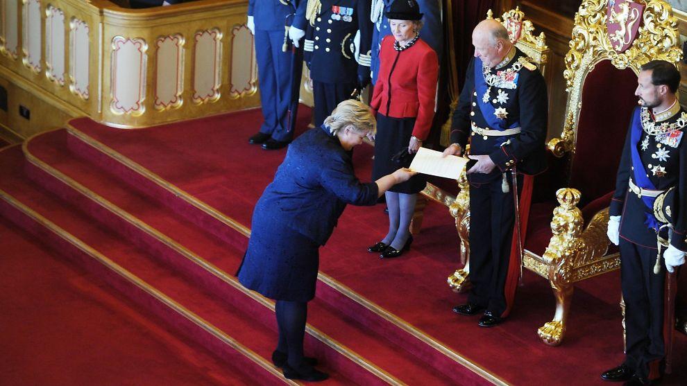 Fra den offisielle åpningen av det 159. storting. Kong Harald mottar trontalen av statsminister Erna Solberg.
