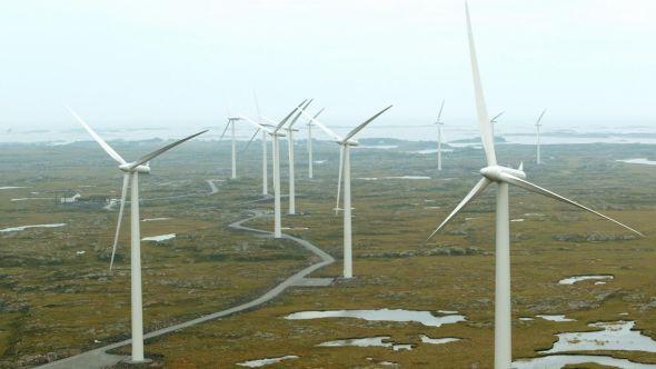 <p><b>«SKREKKEKSEMPLET»</b> Leder i La Naturen Leve, Vidar Lindefjeld, er sterkt kritisk til at regjeringen legger til rette for investorer som vil bygge vindmølleparker i Norge. Her fra Smøla i Møre og Romsdal. De 20 vindmøllene vil produserer 120 GWhpr. år, som tilsvarer behovet til ca. 6.000 husstander.</p>