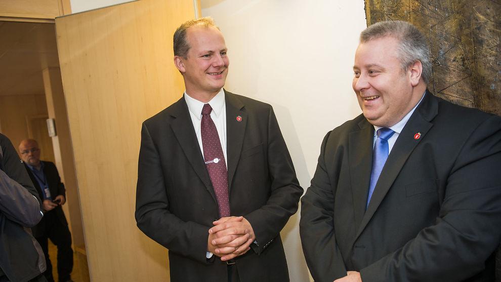 <p><b>IKKE MER LØRDAGSPOST:</b> Regjeringen, ved samferdselsminister Ketil Solvik-Olsen (t.v.), foreslår å droppe post på lørdager. Her er statsråden avbildet med sin statssekretær, Bård Hoksrud.</p>