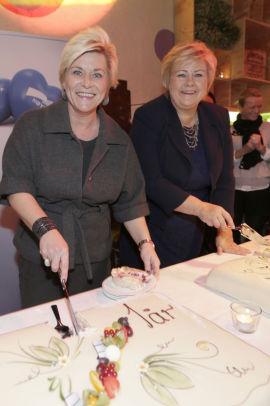 <p><b>DELER KAKE:</b> 16. oktober markerts regjeringen ettårsdagen. Finansminister Siv Jensen (Frp) og statsminister Erna Solberg (H) feiret dagen med marsipankake.</p>