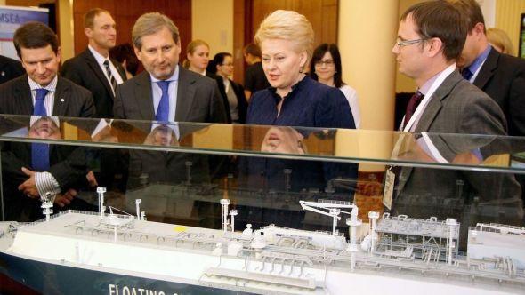 """SPENT: Litauens president Dalia Grybauskaite, EUs Johannes Hahn (nummer to fra venstre) studerer en modell av Höegh-skipet """"Indepence"""". I dag får de sett det med egne øyne under en storslått åpningsseremoni."""