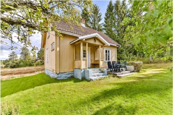 <p><b>IDYLLISK.</b> Det gamle huset i Ski ser koselig ut, men trenger ifølge prospektet total oppussing. Det ble nylig solgt for det dobbelte av prisantydning.<br/></p>
