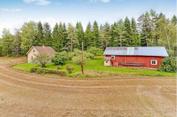 <p><b>STOR EIENDOM:</b> Den idylliske eiendommen ligger ved Eikjol, omtrent fem kilometer fra Ski sentrum. Fire mål av tomten er opparbeidet med plen, frukttrær og bærbusker, mens resten er dyrket mark som i dag er forpaktet bort.<br/></p>