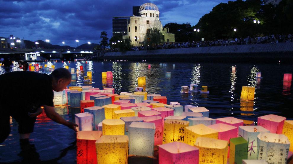 <p><b>A-DOMEN:</b> Den såkalte Atom-domen i Hiroshima i Japan er restene av en av de ytterst få bygningene som fortsatt sto etter at atombomben ble sluppet over byen i 1945. Her fra 66-årsdagen for katastrofen.</p>