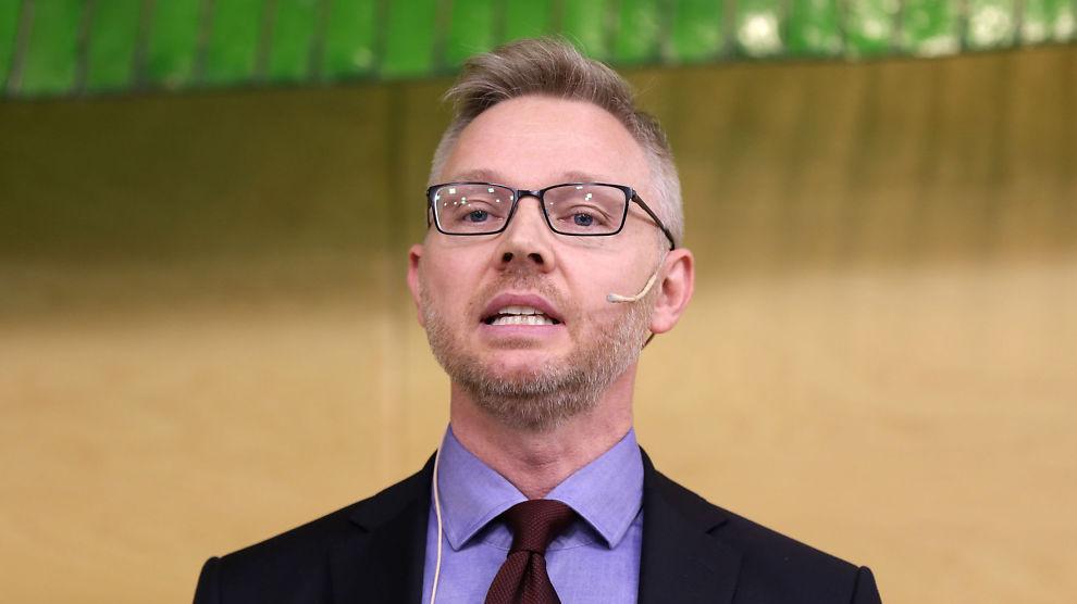<p><b>VERSTINGER:</b> Leder av ekspertgruppen om Oljefondets investeringer i kull og petroleumsselskaper, Martin Skancke, presenterer rapporten for finansminister Siv Jensen.</p>